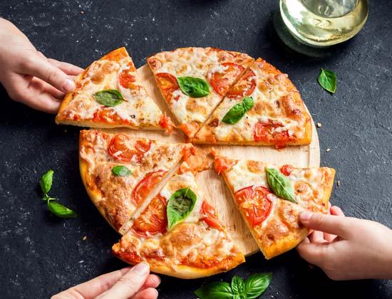 פיצה משפחתית עם עגבניות ובזיליקום